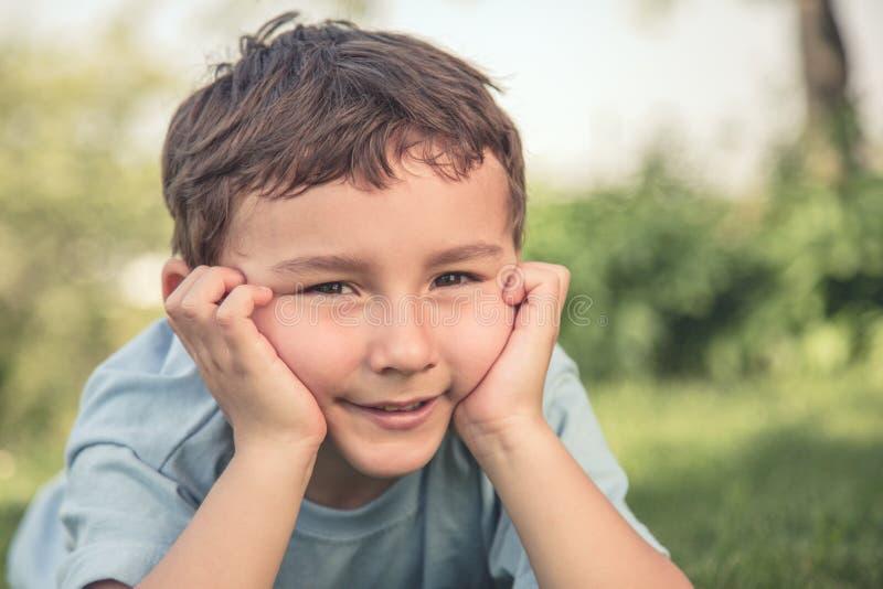 Niño pequeño del niño del niño que piensa mirando el copysp al aire libre del estilo retro fotografía de archivo