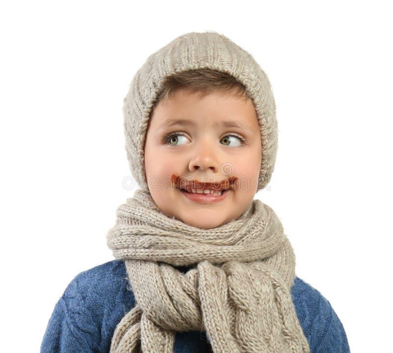 Niño pequeño divertido con el chocolate en cara contra el fondo blanco imágenes de archivo libres de regalías