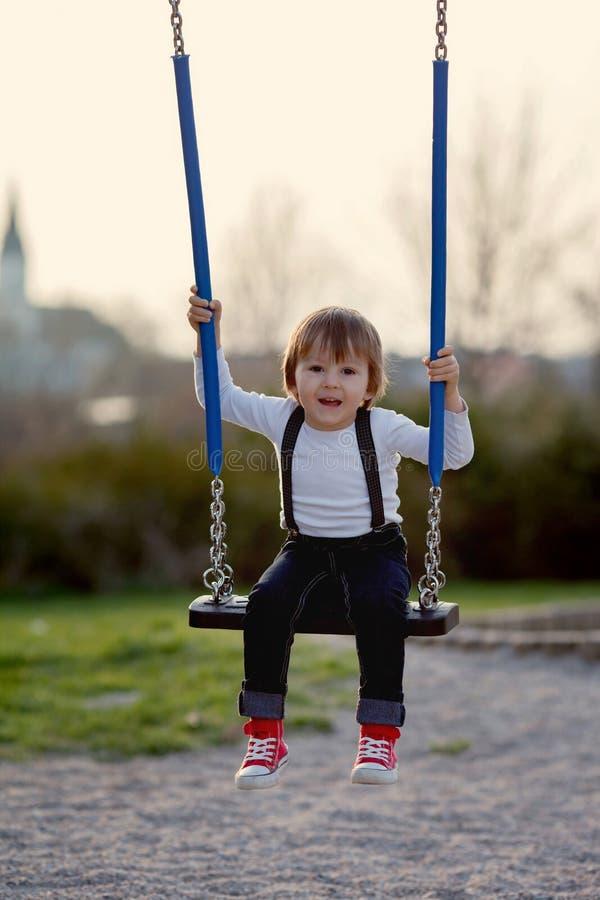 Ni o peque o dulce balanceando en un parque foto de - Foto nino pequeno ...