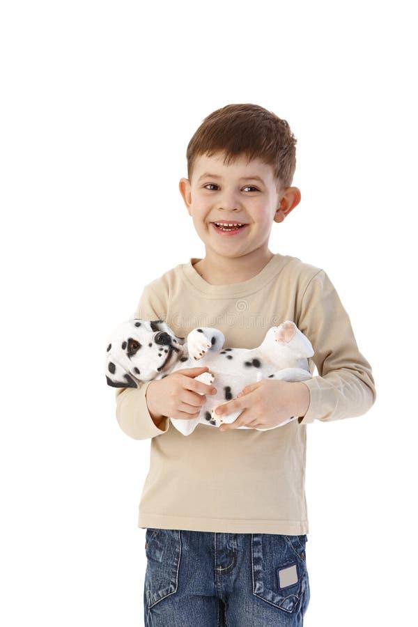 Niño pequeño dulce con la sonrisa del perro fotos de archivo
