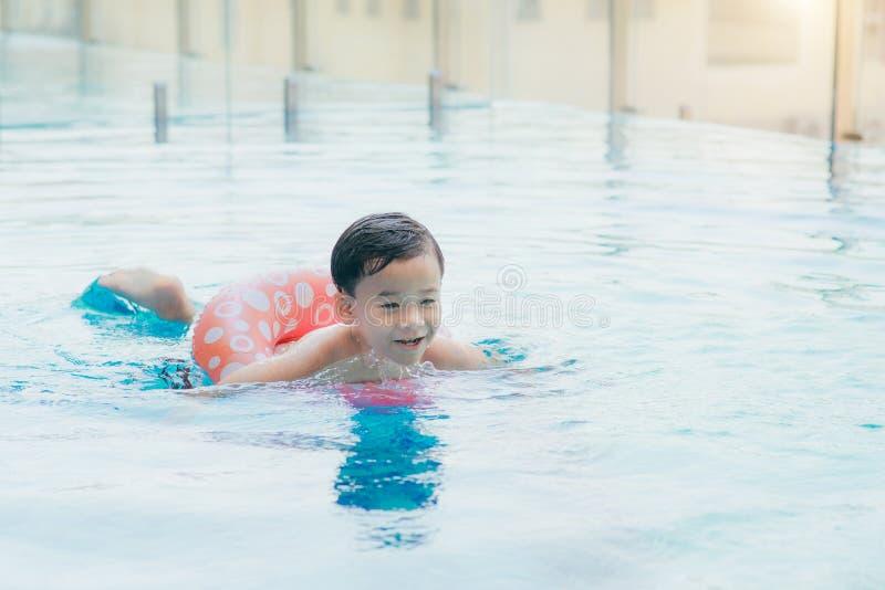 Niño pequeño dulce, nadando en piscina grande, verano fotografía de archivo libre de regalías
