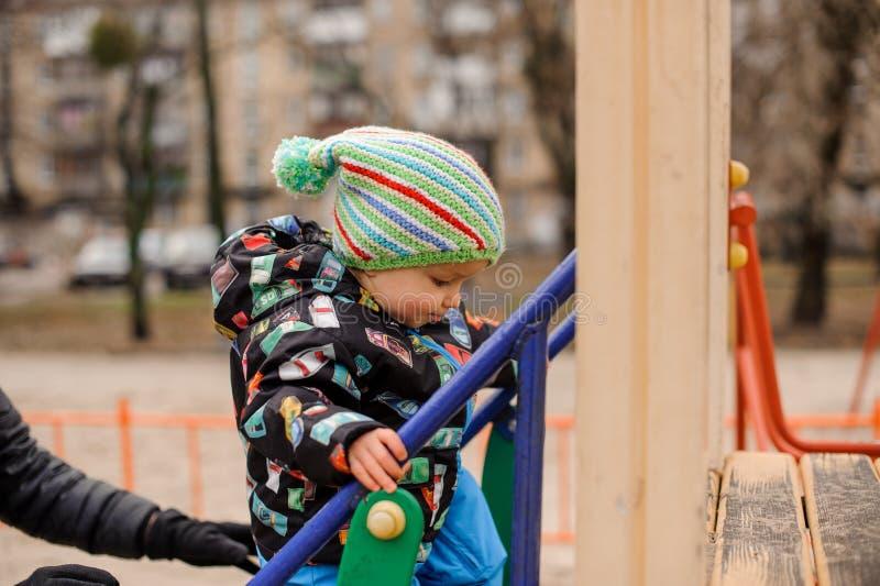 Niño pequeño dulce que juega en el patio fotos de archivo