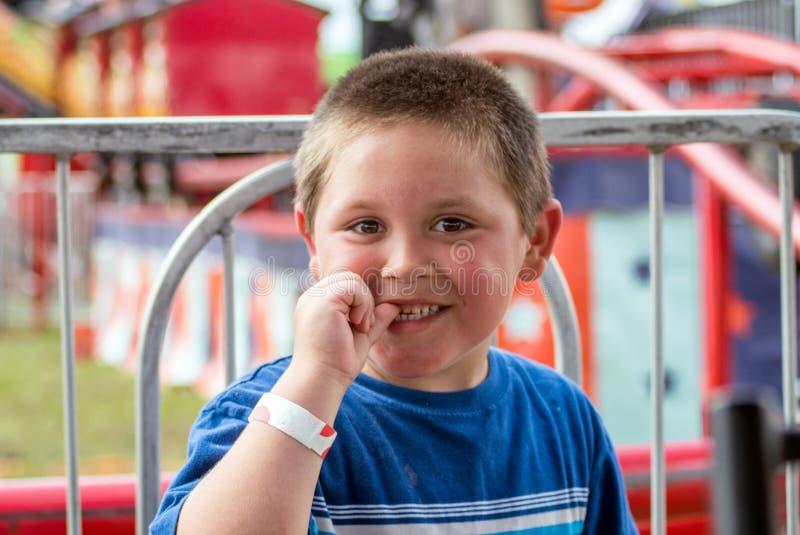 Niño pequeño emocionado en un carnaval colorido foto de archivo libre de regalías