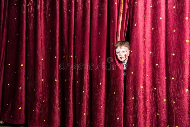 Niño pequeño en el maquillaje que espera su señal temporaria foto de archivo