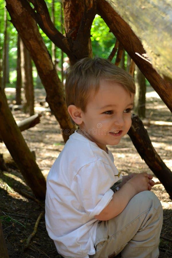 Niño pequeño en guarida imágenes de archivo libres de regalías