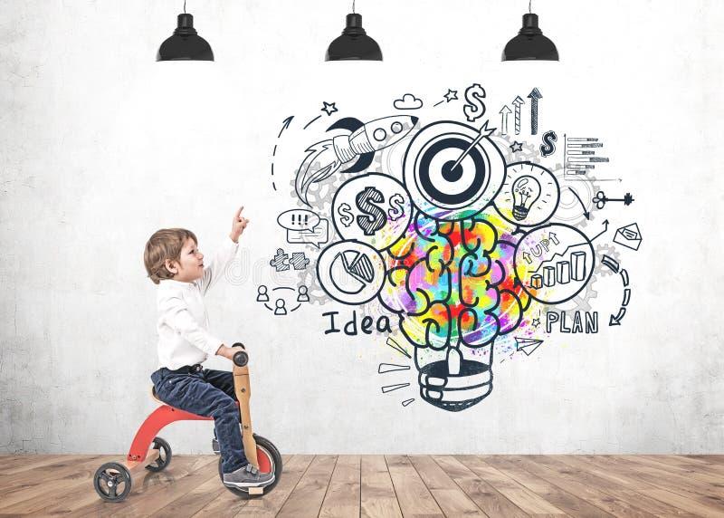 Niño pequeño en idea del negocio de demostración del triciclo imagenes de archivo