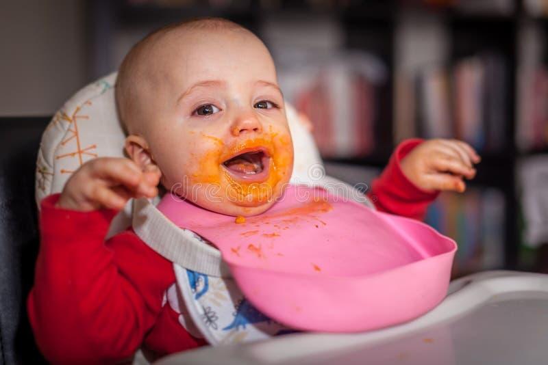 Niño pequeño en la hora de comer fotos de archivo libres de regalías