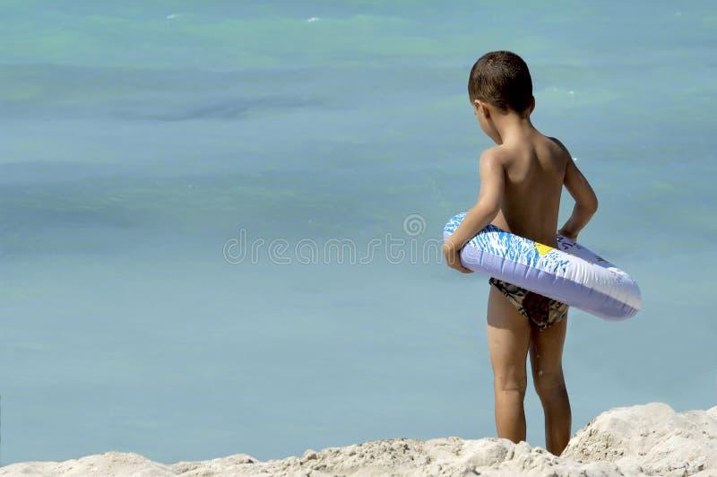 Niño pequeño en la playa imágenes de archivo libres de regalías
