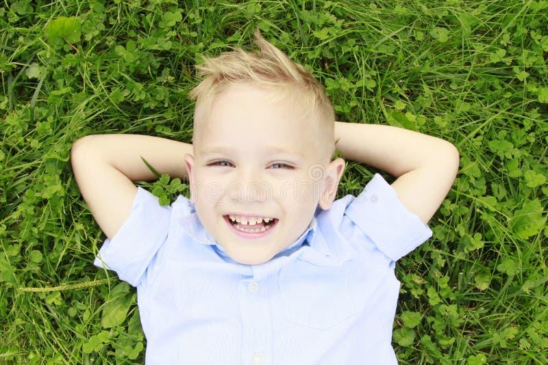 Niño pequeño en la sonrisa del prado imagen de archivo libre de regalías
