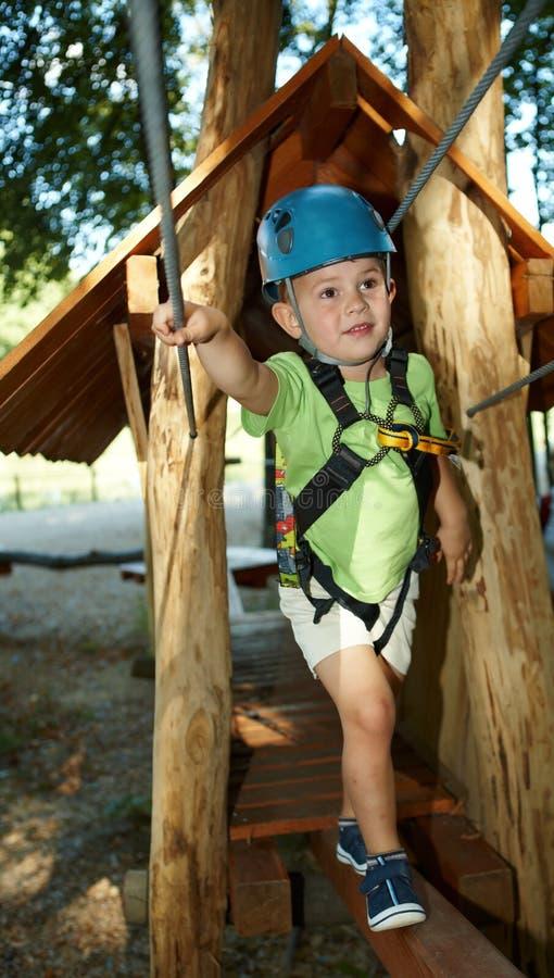 Niño pequeño en parque de la aventura imagen de archivo libre de regalías