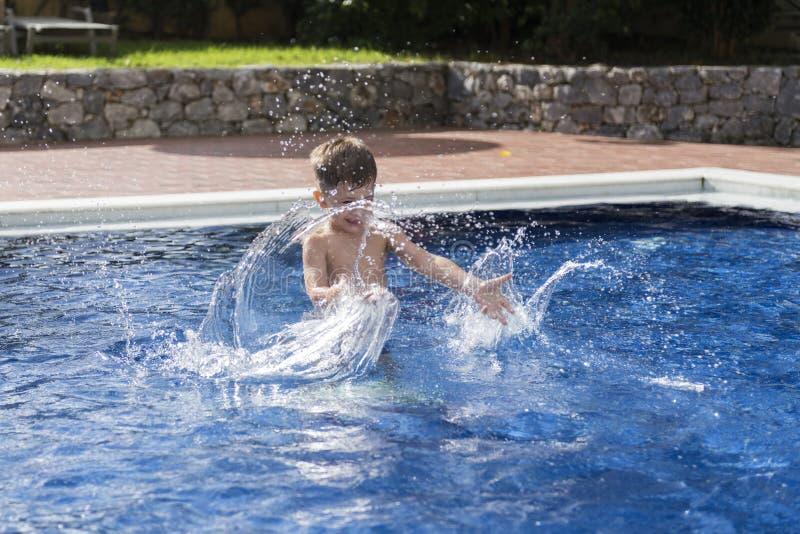 Niño pequeño en piscina imagenes de archivo