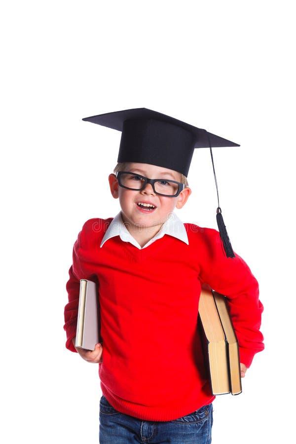 Niño pequeño en sombrero académico imagenes de archivo