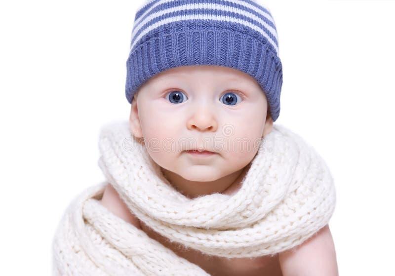 Niño pequeño en sombrero azul imagen de archivo libre de regalías