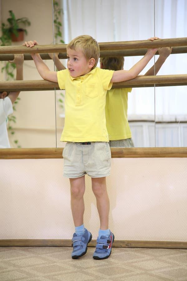 Niño pequeño en sporthall fotografía de archivo libre de regalías