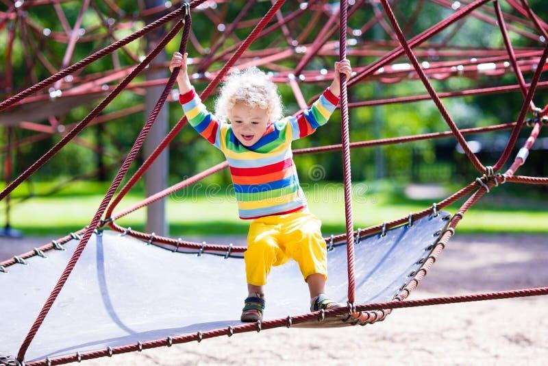 Niño pequeño en un patio fotos de archivo