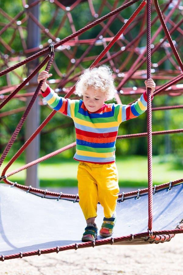 Niño pequeño en un patio fotografía de archivo libre de regalías