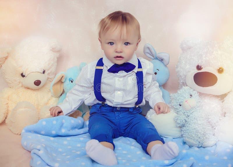 Niño pequeño en una camisa y una corbata de lazo blancas fotografía de archivo