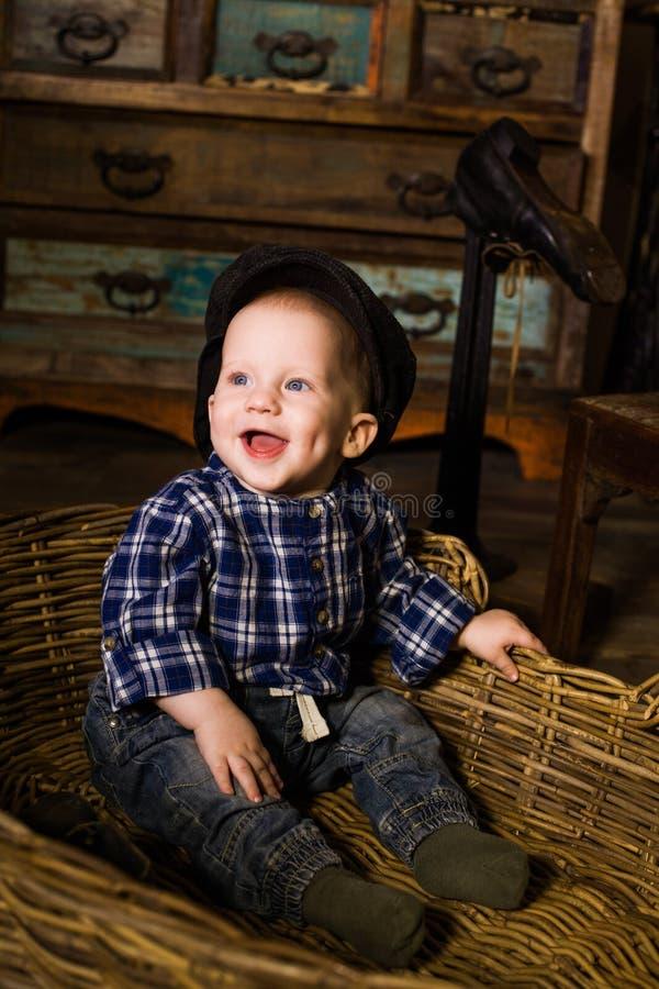 Niño pequeño en una cesta de Provence rural rústica foto de archivo libre de regalías