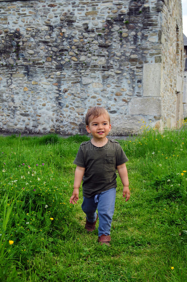 Niño pequeño feliz foto de archivo libre de regalías