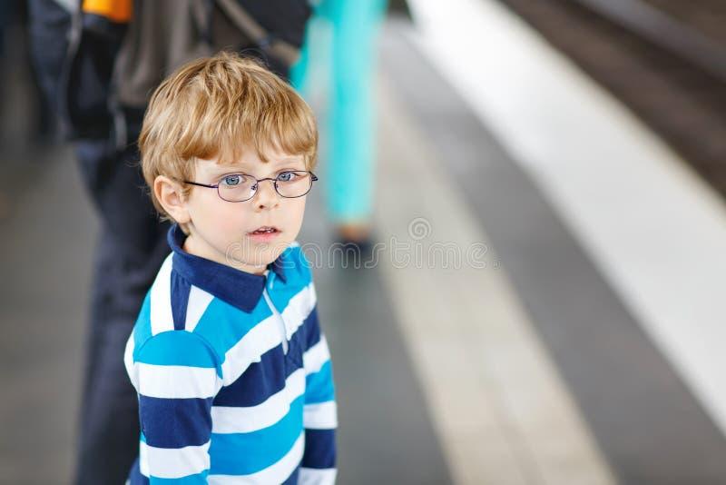 Niño pequeño feliz en una estación de metro foto de archivo libre de regalías