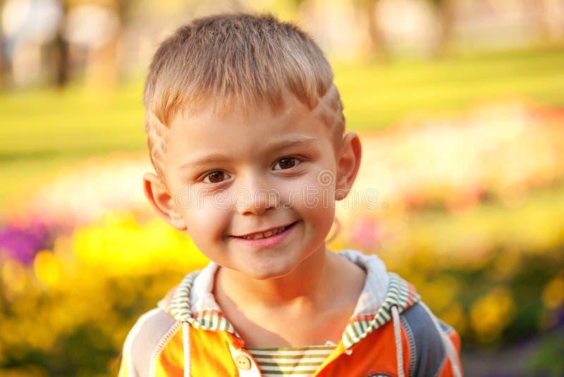 Niño pequeño feliz. Primer imagen de archivo libre de regalías