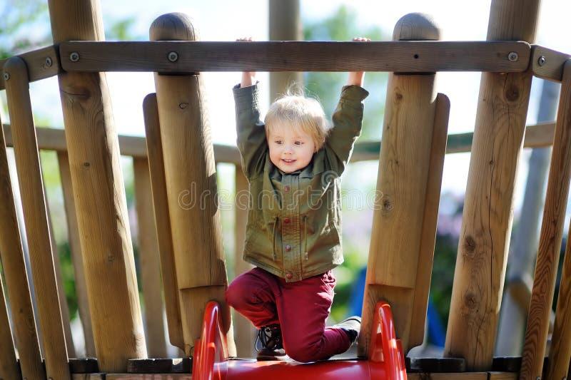 Niño pequeño feliz que se divierte en patio al aire libre fotografía de archivo