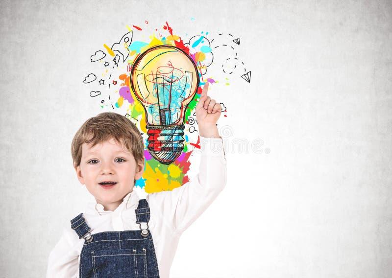 Niño pequeño feliz y su idea brillante fotografía de archivo