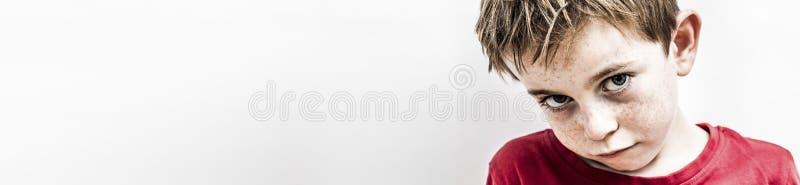 Niño pequeño frágil que piensa, expresando soledad y tristeza, espacio de la copia imagenes de archivo