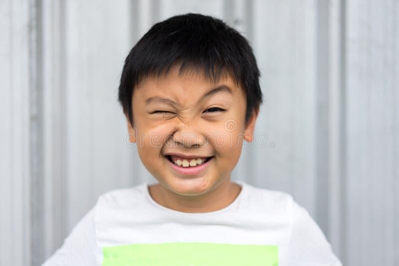 Niño pequeño hacer la cara divertida foto de archivo libre de regalías