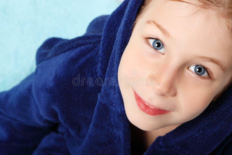 Niño pequeño hermoso después de ducha imagenes de archivo