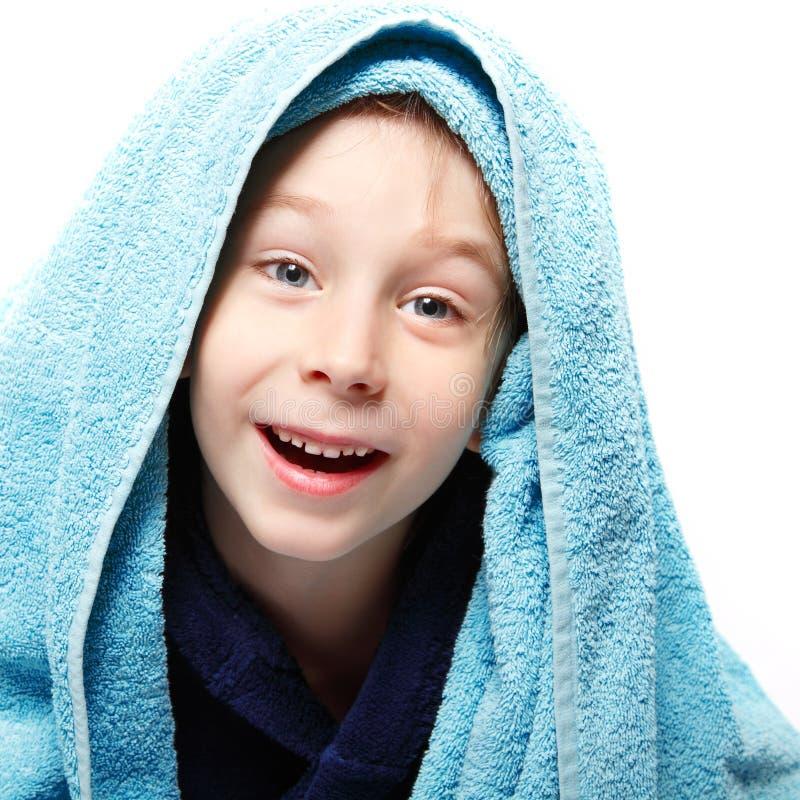 Niño pequeño hermoso después de ducha con la toalla de baño fotos de archivo