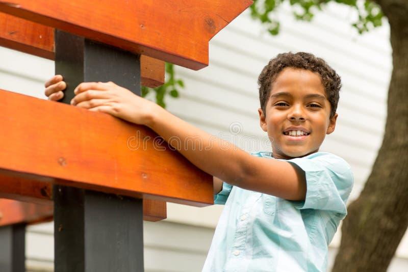 Niño pequeño joven de la raza mixta que juega y que sonríe imagen de archivo