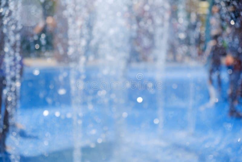 Niño pequeño lindo Niño adorable en la fuente Niño bonito alegre en tiempo de verano imagenes de archivo