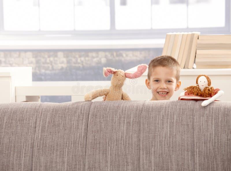 Niño pequeño lindo con los juguetes imagen de archivo libre de regalías