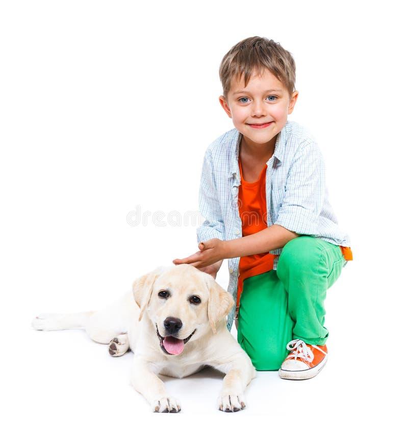 Niño pequeño lindo con su Labrador imagen de archivo libre de regalías