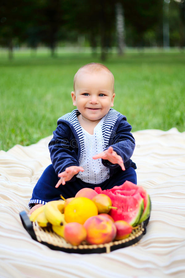 Ni o peque o lindo con una cesta de frutas maduras en la - Foto nino pequeno ...