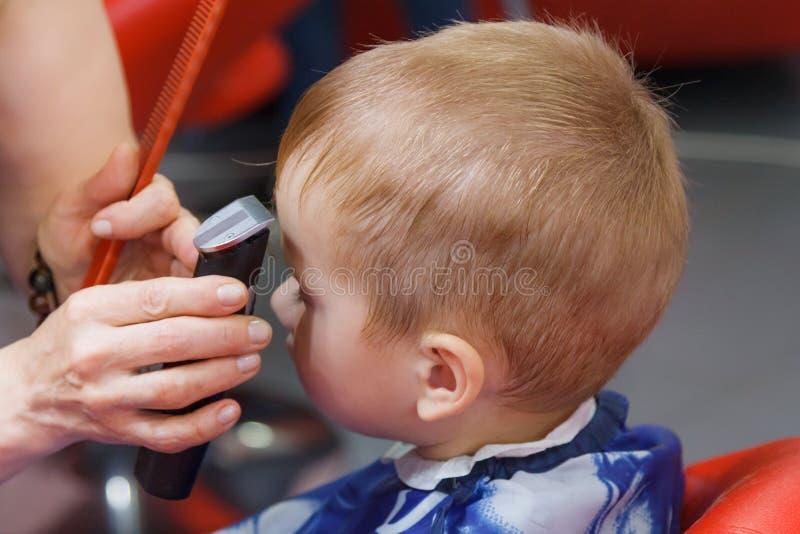 Niño pequeño lindo en la barbería foto de archivo libre de regalías