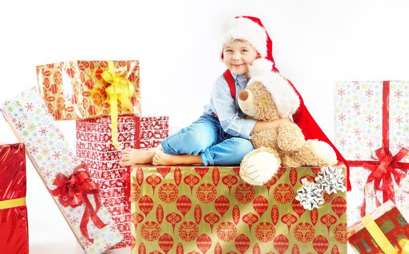 Niño pequeño lindo que abraza su oso de peluche fotografía de archivo