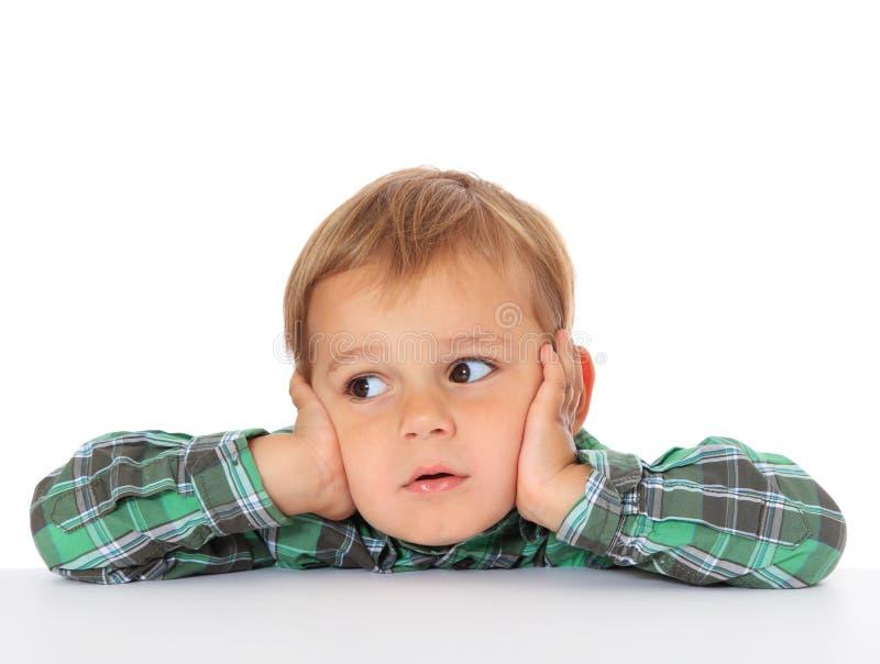 Niño pequeño lindo que mira a la cara fotos de archivo libres de regalías