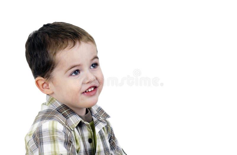 Niño pequeño lindo que mira para arriba