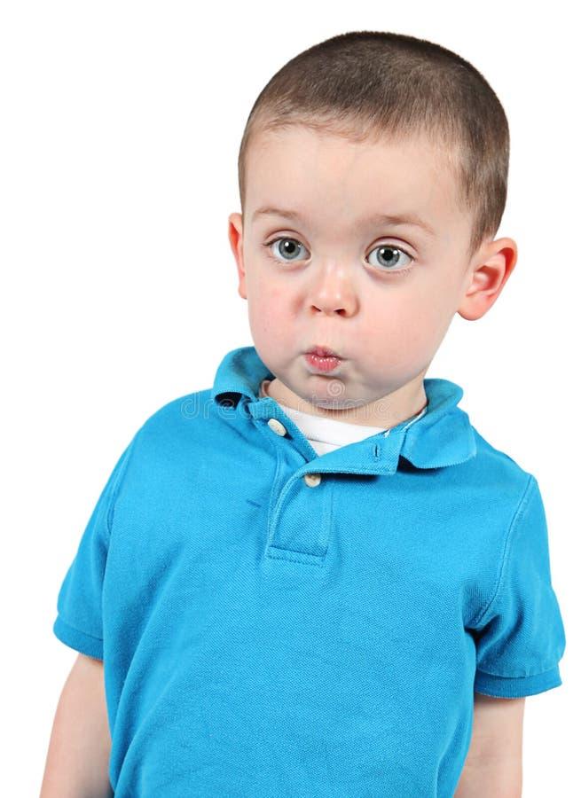 Niño pequeño lindo que presenta para la cámara fotos de archivo