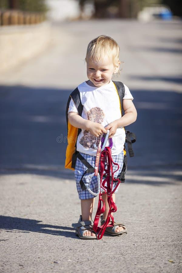 Niño pequeño lindo que se arrastra en la acera pavimentada piedra foto de archivo libre de regalías