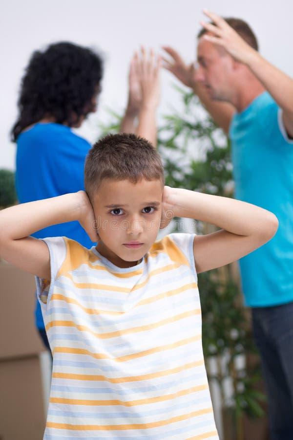 Niño pequeño no puede escuchar los padres discute fotos de archivo libres de regalías