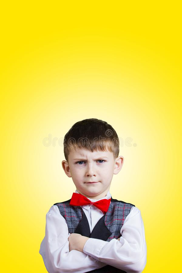 Niño pequeño obstinado, triste, trastornado, niño sobre backgro gris fotos de archivo libres de regalías