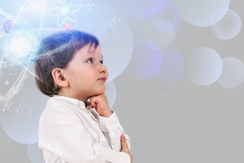 Niño pequeño pensativo, holograma del átomo imagen de archivo libre de regalías