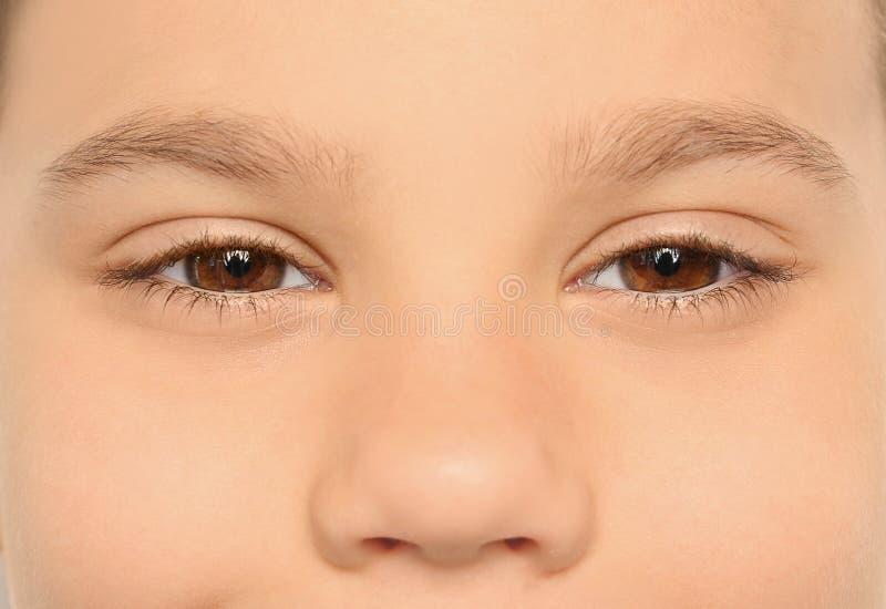 Niño pequeño, primer de ojos foto de archivo