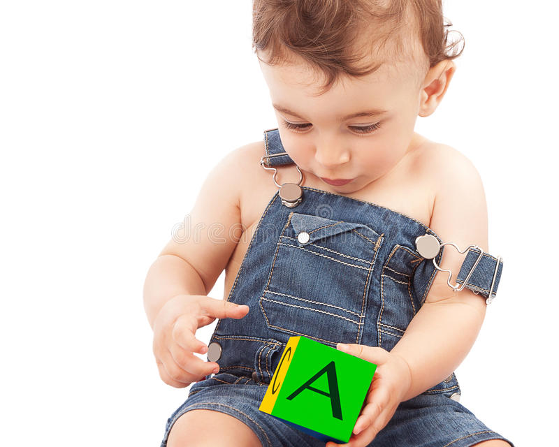 Niño pequeño que aprende letras fotografía de archivo
