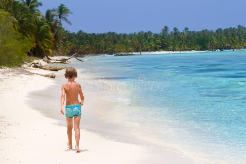 Niño pequeño que camina en la playa tropical fotografía de archivo
