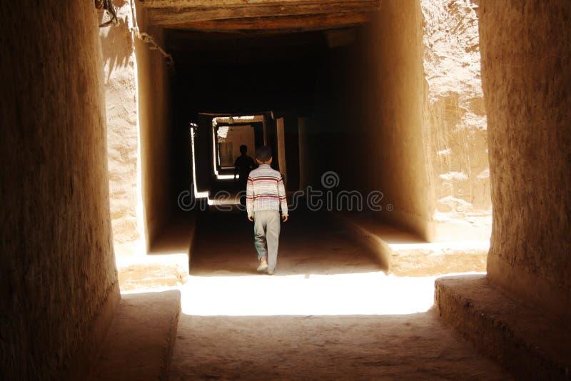 Niño pequeño que camina en un kasba imagen de archivo