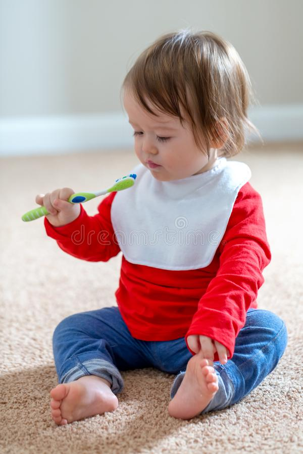 Niño pequeño que cepilla sus dientes fotos de archivo libres de regalías